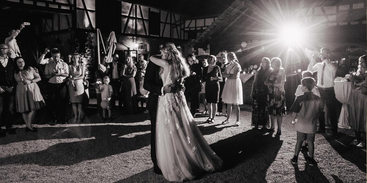 Hochzeitstanz Draußen in der Nacht